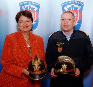 Feuerwehrschule fuer Wien; am 16.2.2012; Vbgmin Mag.a Renate Brauner; Branddirektor DI Dr. Gerald Hillinger;
