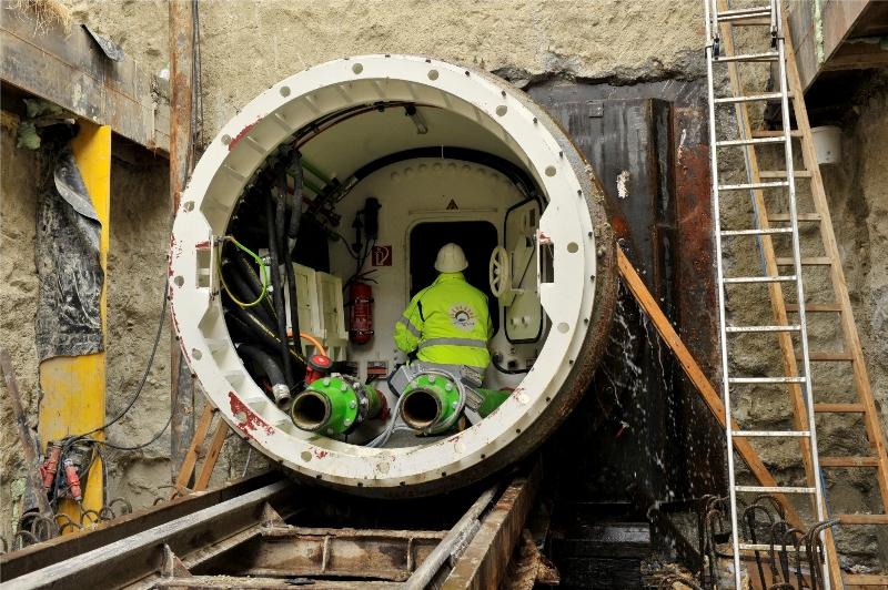 Vortriebsmaschiene gräbt unterirdisch einen Tunnel